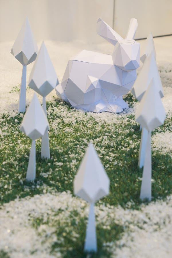 Julorigami vita kanin och florets royaltyfri fotografi