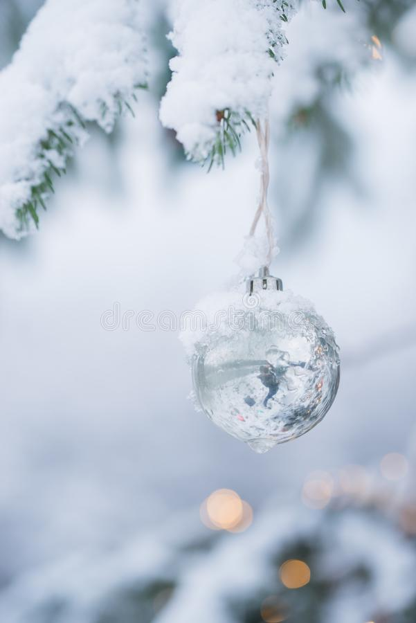 Julornamentalestruntsaker i rött med snö arkivfoto