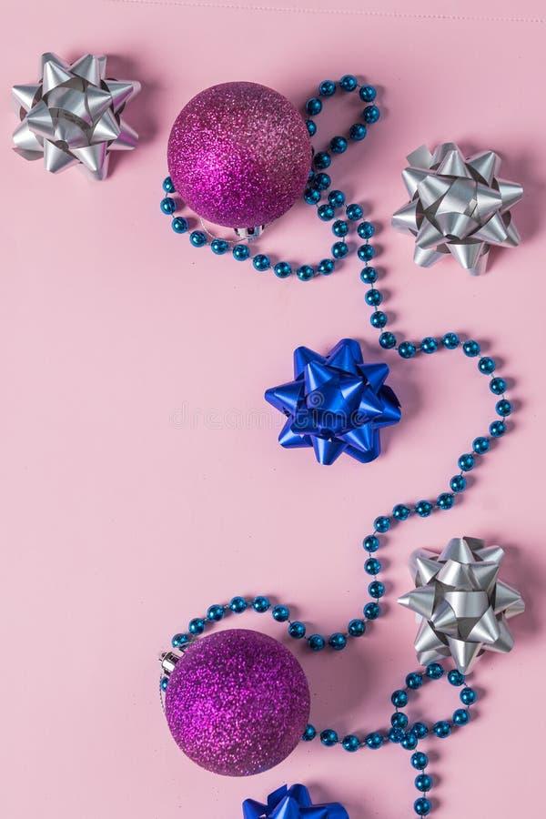 Julpärlor och prydnader på rosa färger Bollar för nytt år, konfettier F?rberedelser f?r vinterferier Top besk?dar Minsta festligt royaltyfri fotografi