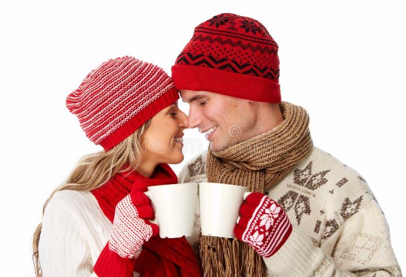 Julpar som dricker varmt te. arkivbild