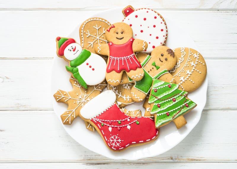 Julpepparkaka i plattan på vit Top beskådar royaltyfri fotografi