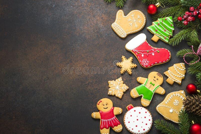 Julpepparkaka med julgarneringar på mörk backgr royaltyfri fotografi