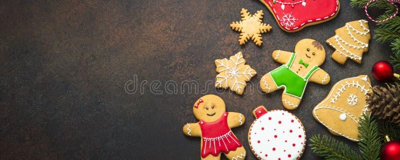 Julpepparkaka med julgarneringar på mörk backgr royaltyfri foto
