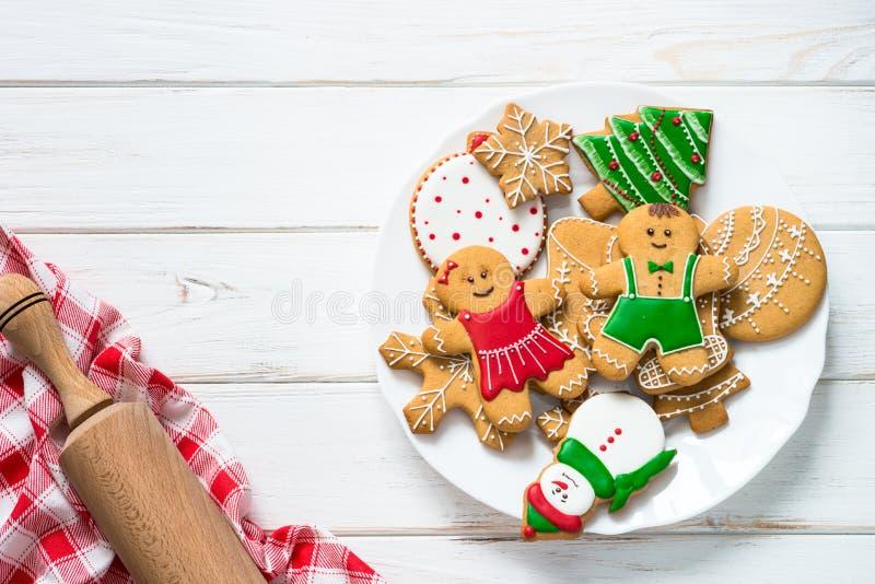 Julpepparkaka på den vita bästa sikten för tabell arkivfoto