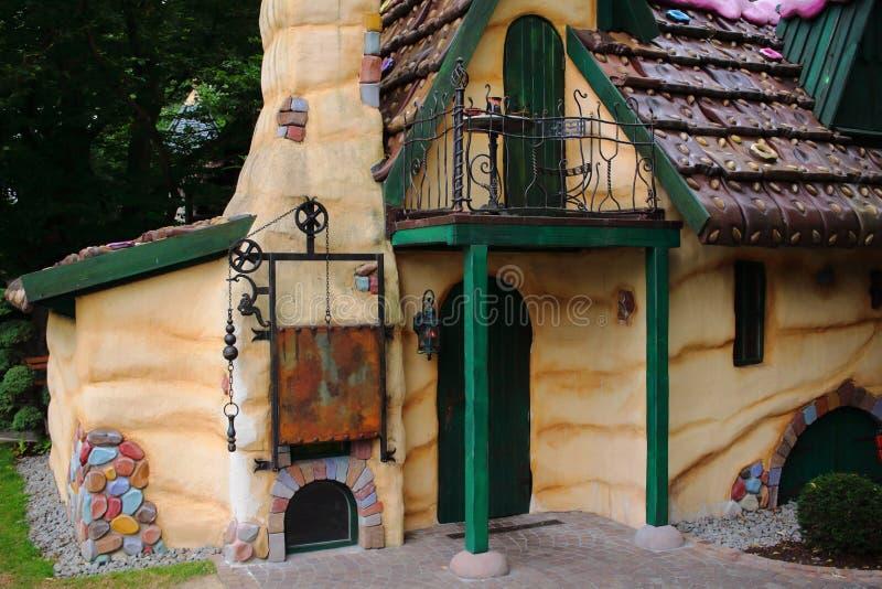 julpepparkakafönsterrutor semestrar husförberedelser som sätter treeskvinnan arkivfoto
