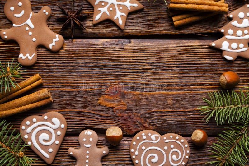 Julpepparkakakakor, kanelbruna pinnar, hasselnötter royaltyfri bild