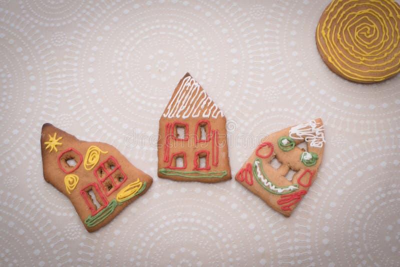 Julpepparkakakakor med form av huset på tabellen arkivbilder