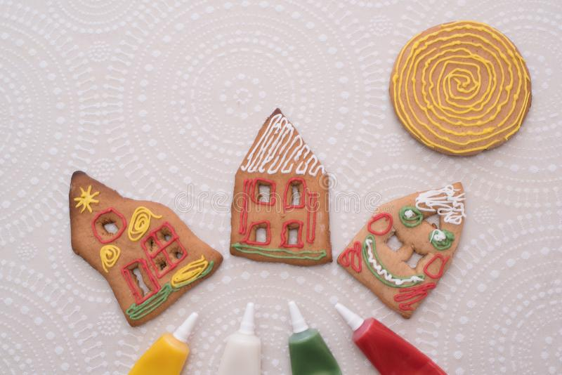 Julpepparkakakakor med form av huset på tabellen royaltyfri bild