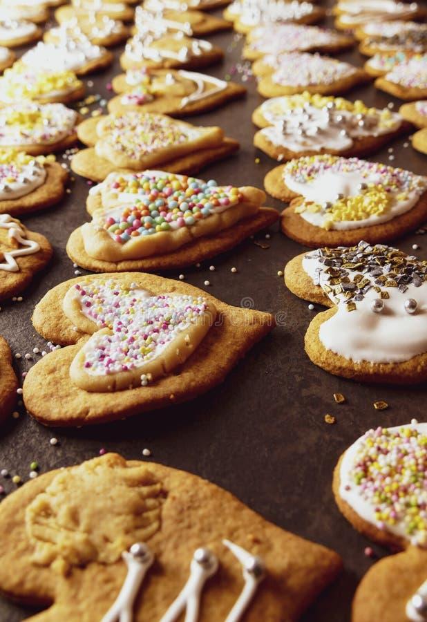 Julpepparkakor med glasyr på kaka och garneringar arkivbild
