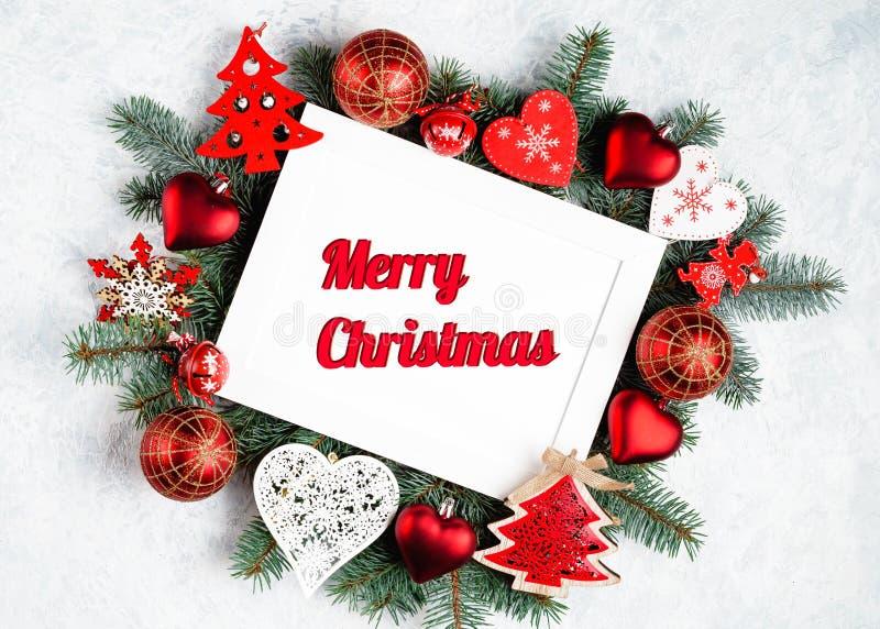 Julphotoframe som omges av filialer av ett träd för nytt år, julpynt med kopieringsutrymme B?sta sikt, lekmanna- l?genhet glatt royaltyfria foton