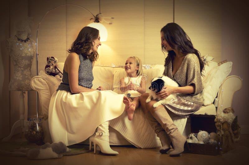 Julphotosession med två flickor, ett barn och en hund royaltyfria bilder