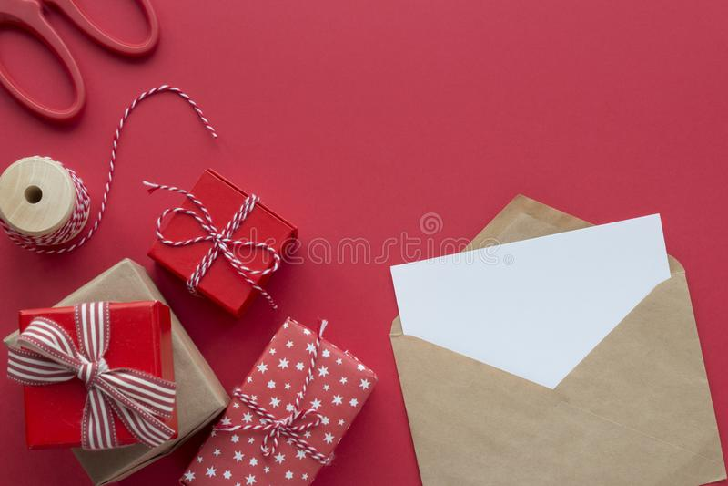 Julpresenter och kuvert för skyltar på röd bakgrund royaltyfria bilder