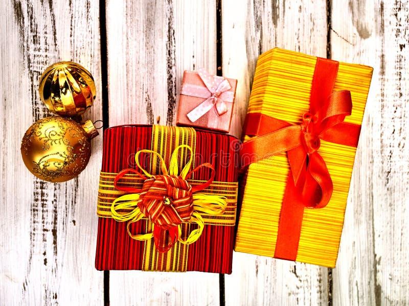 Julpresentlåda, Xmas-dekorationer, vågrät bildruta i översiktsvy arkivfoton