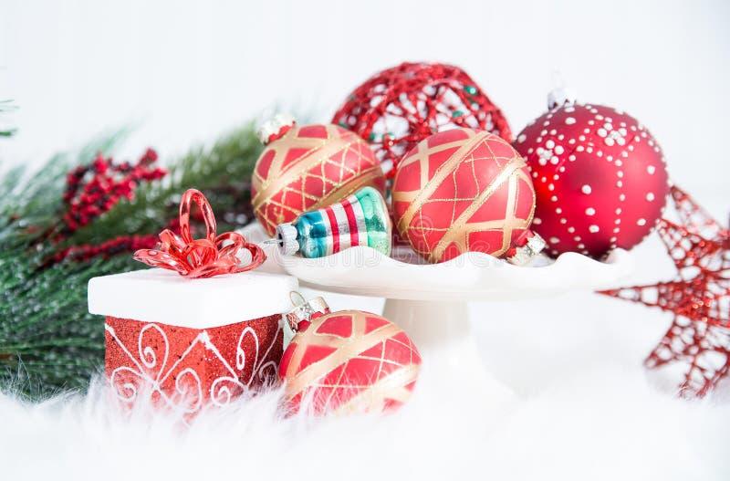 Julprydnader, gåvor och evergreen på päls royaltyfri fotografi