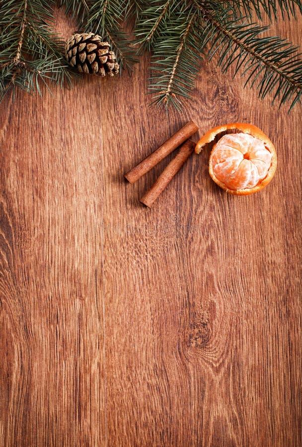 Julprydnader, matdekor och granträdfilial på en lantlig träbakgrund arkivfoto