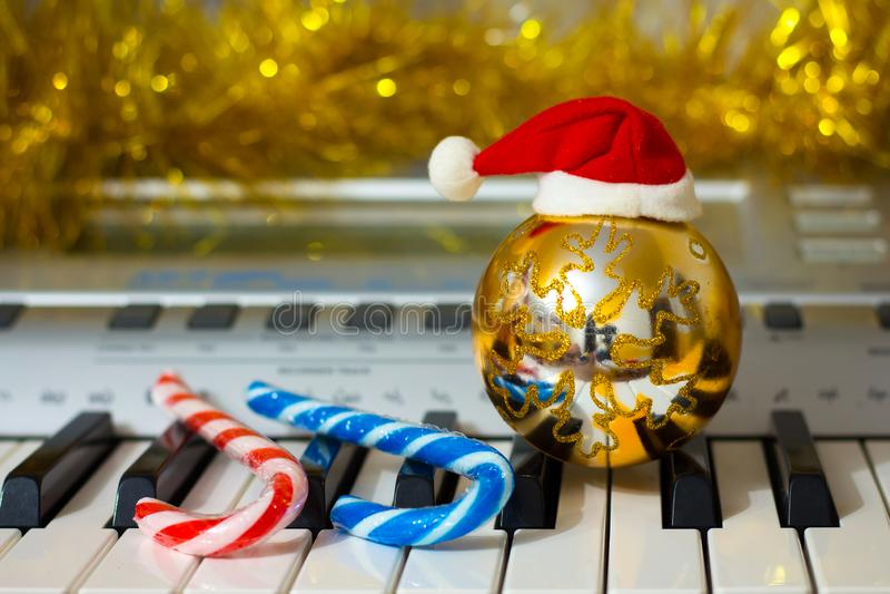 Julprydnader nära pianot Musik på nytt års Eve_ arkivfoton
