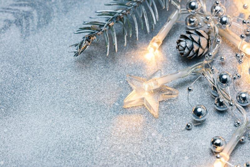 Julprydnader och glödande girlandljus royaltyfri fotografi
