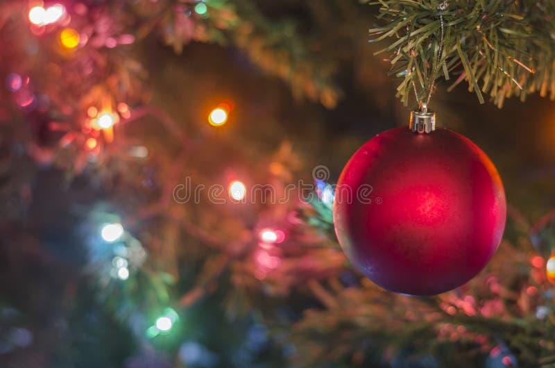 Julprydnader på julgranen arkivfoto