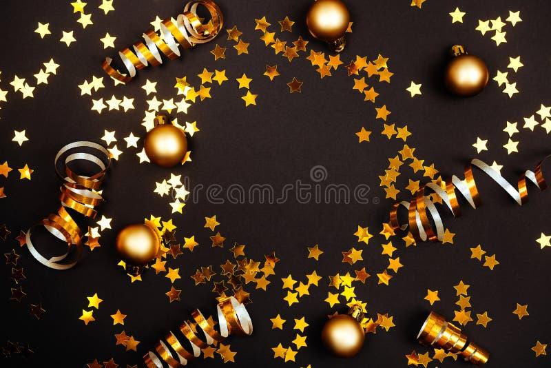 Julprydnader på svart bakgrund arkivbilder
