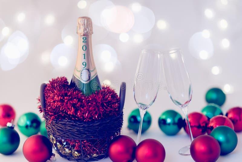 Julpynt, champagne och exponeringsglas arkivbild