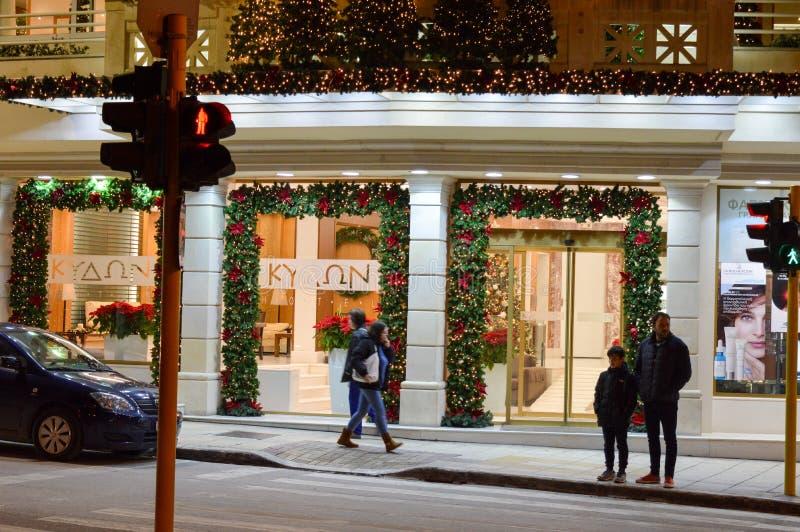 Julpynt framme av ett hotell fotografering för bildbyråer