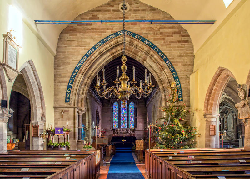 Julpynt i en kyrka fotografering för bildbyråer