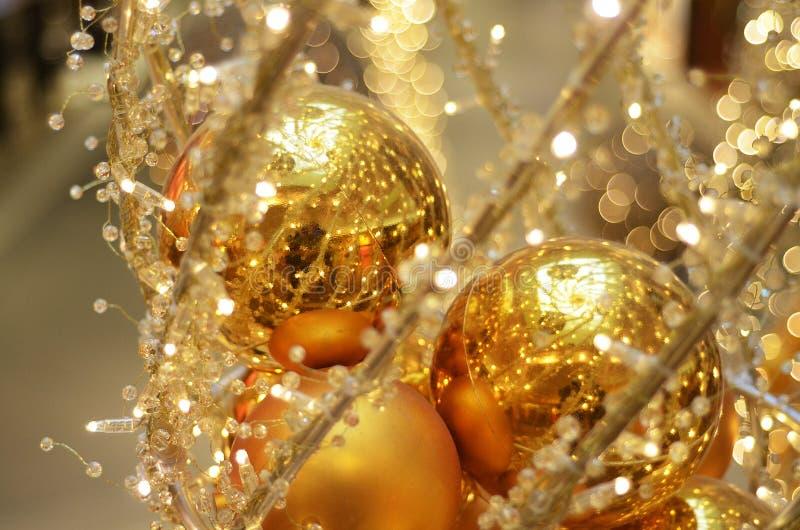 Julpynt i guld med bokeh arkivbilder