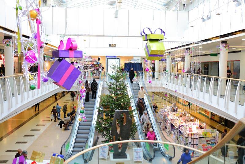 Julpynt i shoppinggalleria royaltyfri foto