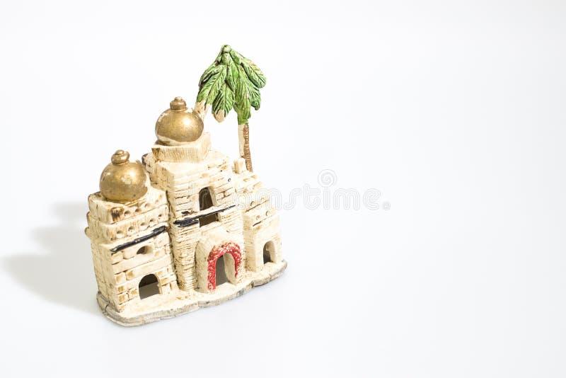 Julpynt julkrubbahus som isoleras i en vit royaltyfri foto