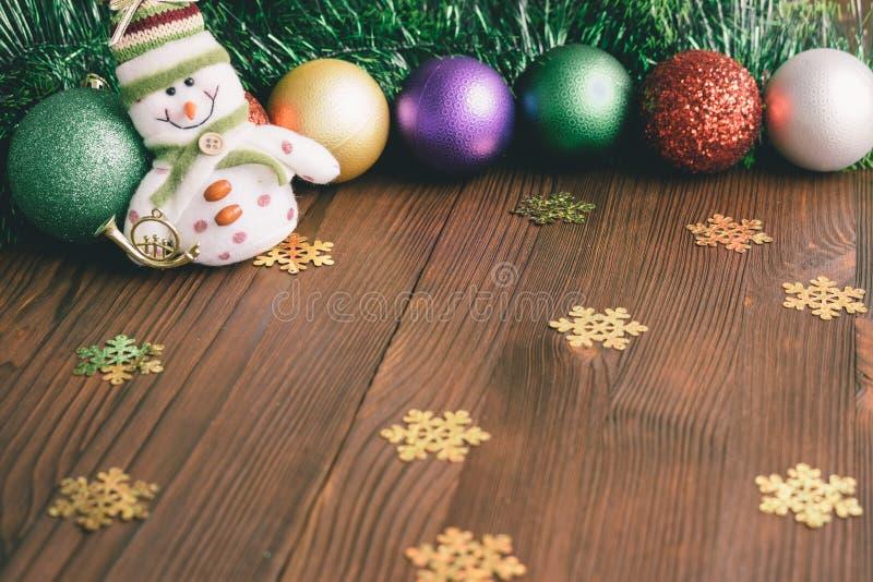 Julpynt och leksaker på en träbakgrund arkivbild
