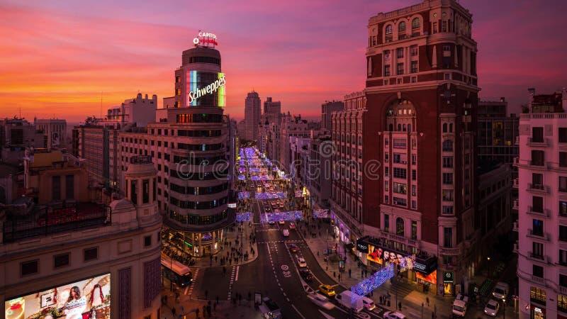 Julpynt och ljus i Madrid vid natt arkivfoto