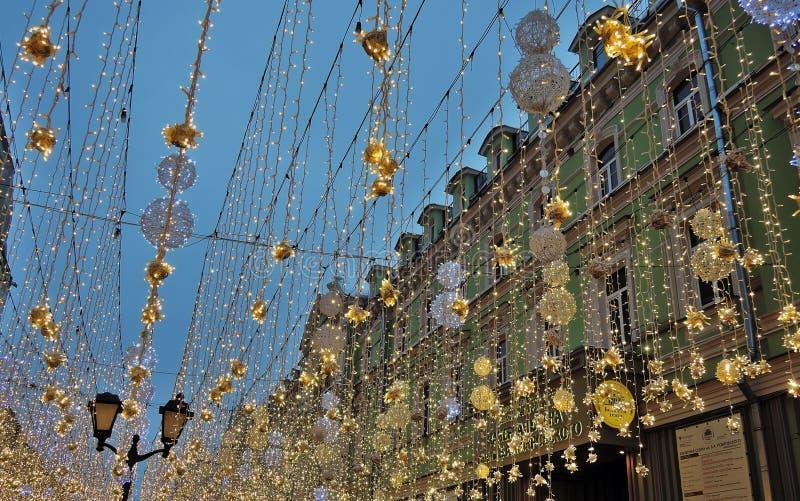 Julpynt på den Nikolskaya gatan, i historisk mitt för Moskvastad royaltyfria foton