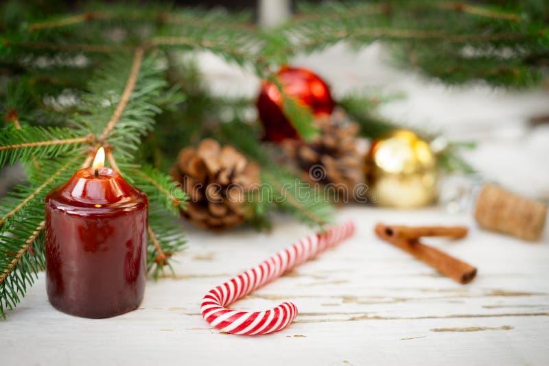 Julpynt på en grov träbakgrund royaltyfri bild