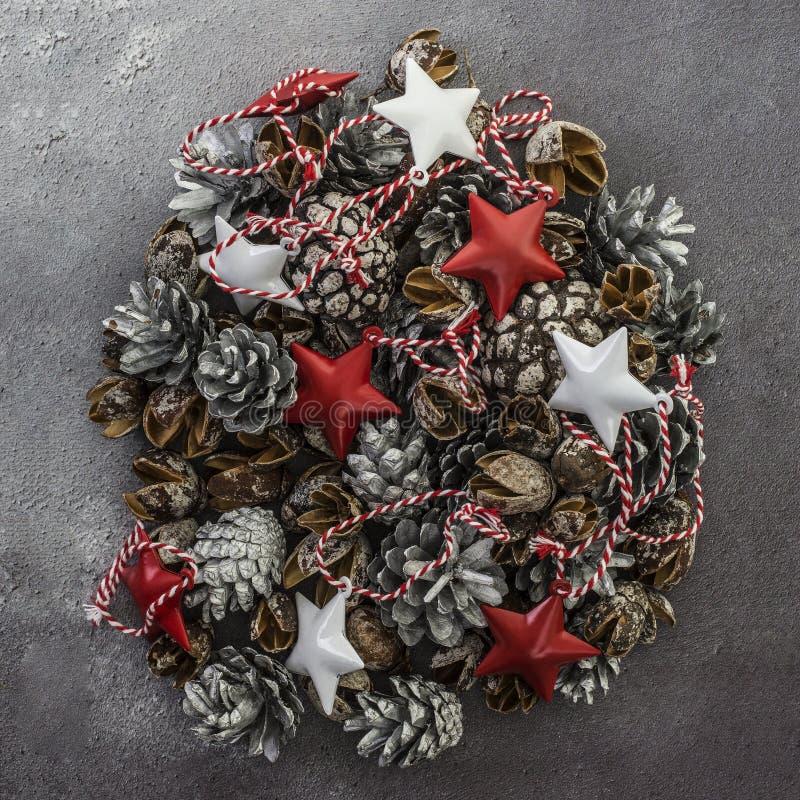 Julpynt på en mörk lantlig bakgrund royaltyfria foton