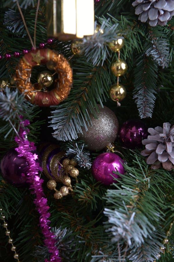 Julpynt på julgrangräsplanen med lilor arkivbild