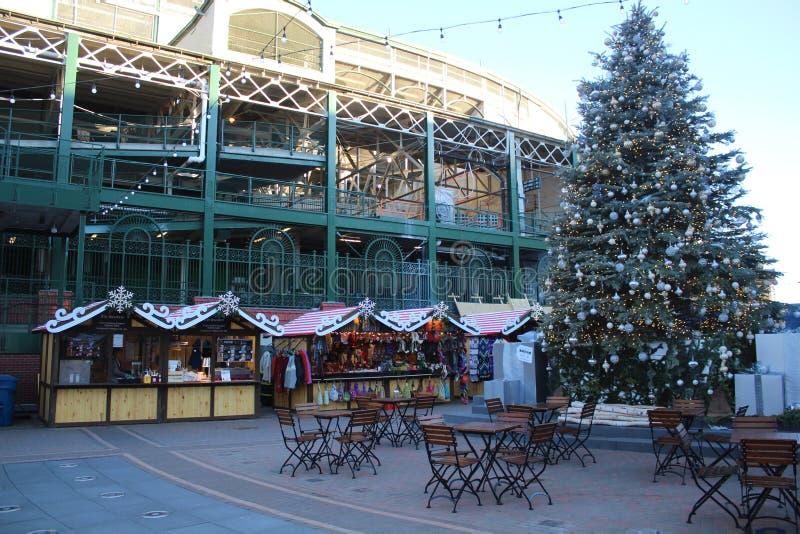 Julpynt på parkerar på Wrigley, Chicago Cubs Wrigley sätter in royaltyfria foton