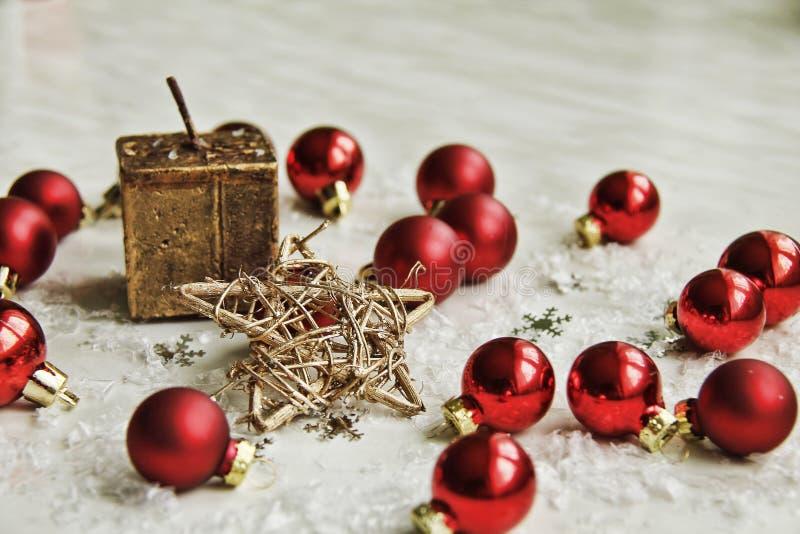 Julpynt på snö royaltyfria foton