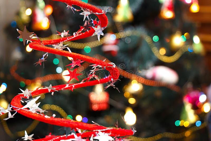 Julpynt på suddig julgranbakgrund royaltyfri foto