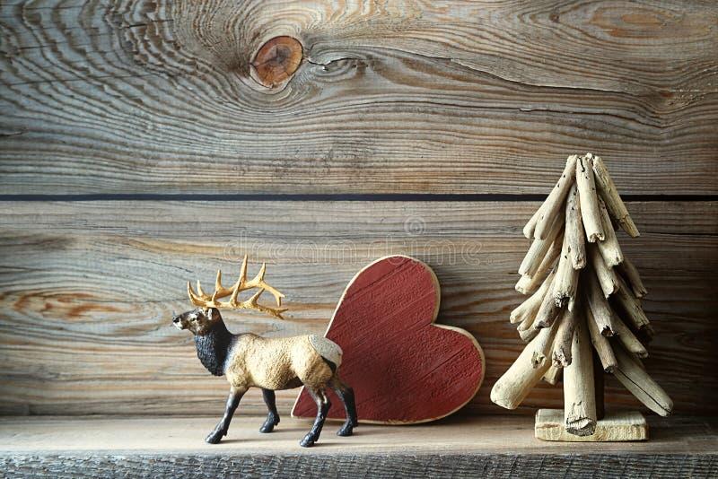 Julpynt på trähylla arkivfoton