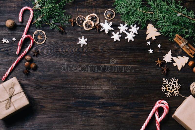 Julpynt sötsaker på mörk bakgrund royaltyfri bild