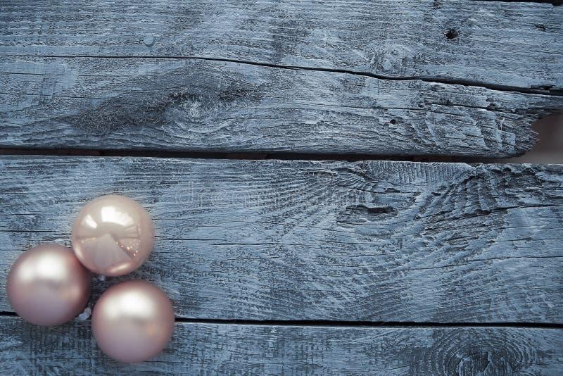 Julpyntet på ett trä bordlägger arkivbild