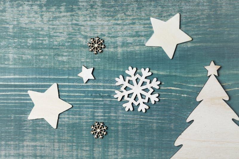 Julpyntstjärna-, snöflinga- och julträd på den gröna trätabellen arkivbilder