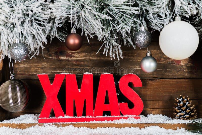 Julram från snöig pälsträdfilialer, träXmas-bokstav arkivfoto