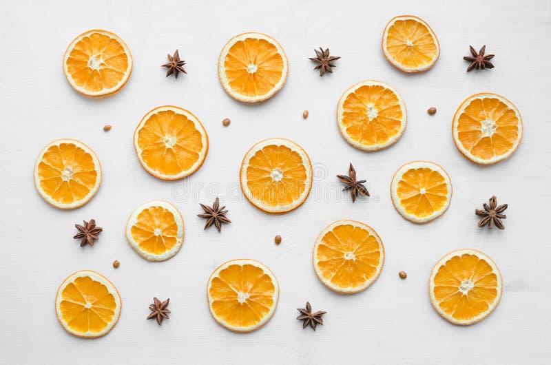 Julramsammansättning med torra apelsiner och anisstjärnor och frö royaltyfri bild