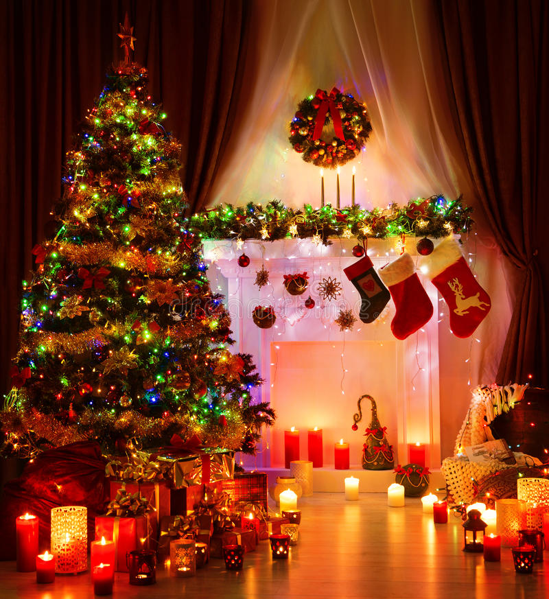 Julrum och tända Xmas-trädet, magisk inre spis arkivfoto