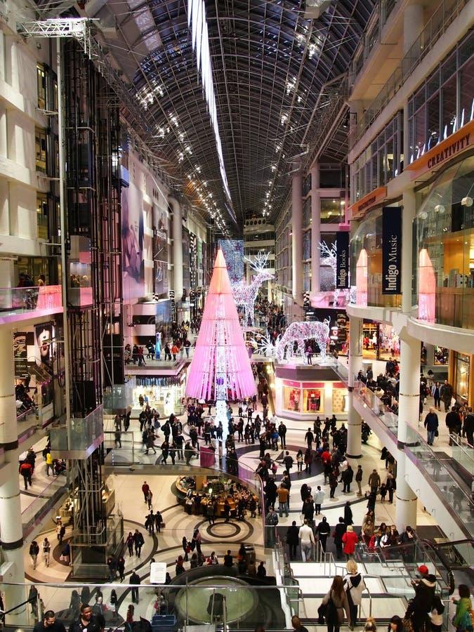 Julsäsong på den Toronto Eaton mitten royaltyfri fotografi