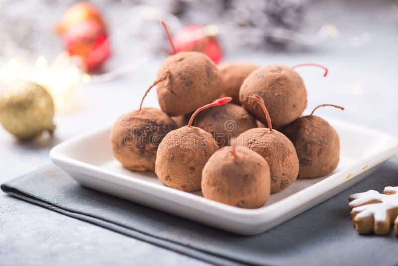 Julsöta candies på efterserttabellen Choklad av kex med körsbär - loli pop eller tårta Dekoration för nytt år royaltyfria foton