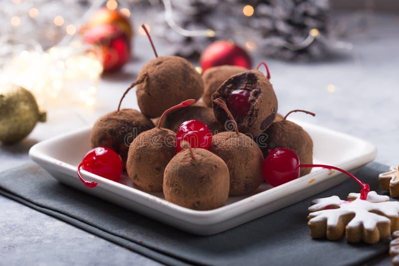 Julsöta candies på efterserttabellen Choklad av kex med körsbär - loli pop eller tårta Dekoration för nytt år royaltyfri fotografi