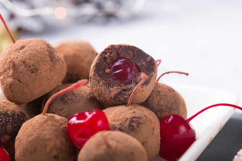 Julsöta candies på efterserttabellen Choklad av kex med körsbär - loli pop eller tårta Dekoration för nytt år royaltyfri bild