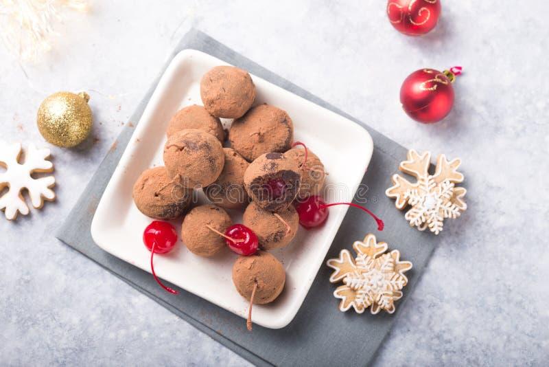 Julsöta candies på efterserttabellen Choklad av kex med körsbär - loli pop eller tårta Dekoration för nytt år fotografering för bildbyråer